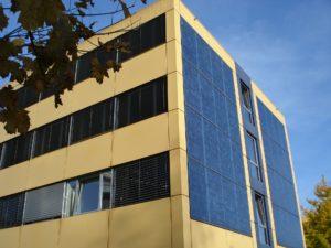 Prédio com painéis solares instalados.